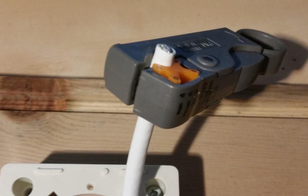 een wandcontactdoos aansluiten - coaxkabel stripper op coaxkabel